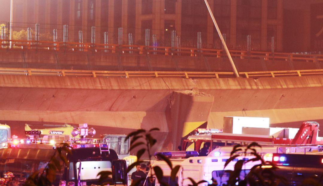 Captan el momento exacto en que colapsa puente vehicular y cae sobre carros