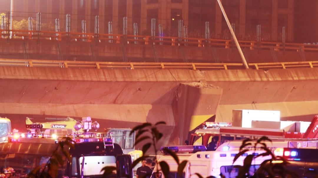 Captan el momento exacto en que colapsa puente vehícular y cae sobre carros