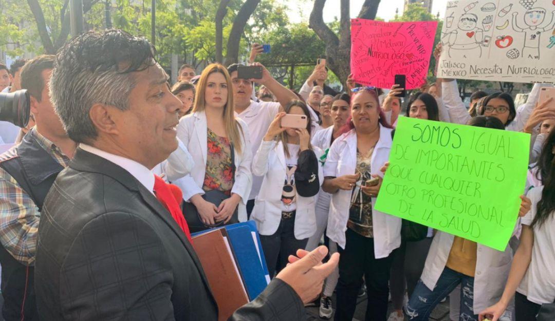 Nutriólogos se manifiestan por un mejor salario