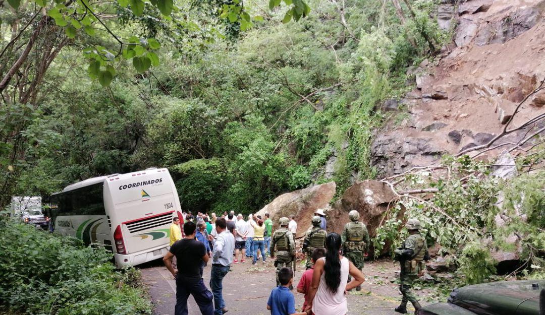 Derrumbe cierra carretera de Puerto Vallarta a Cabo Corrientes