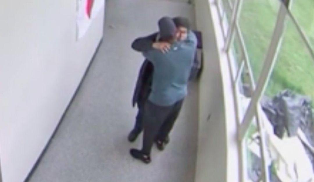 Captan cómo maestro evita tragedia con un abrazo