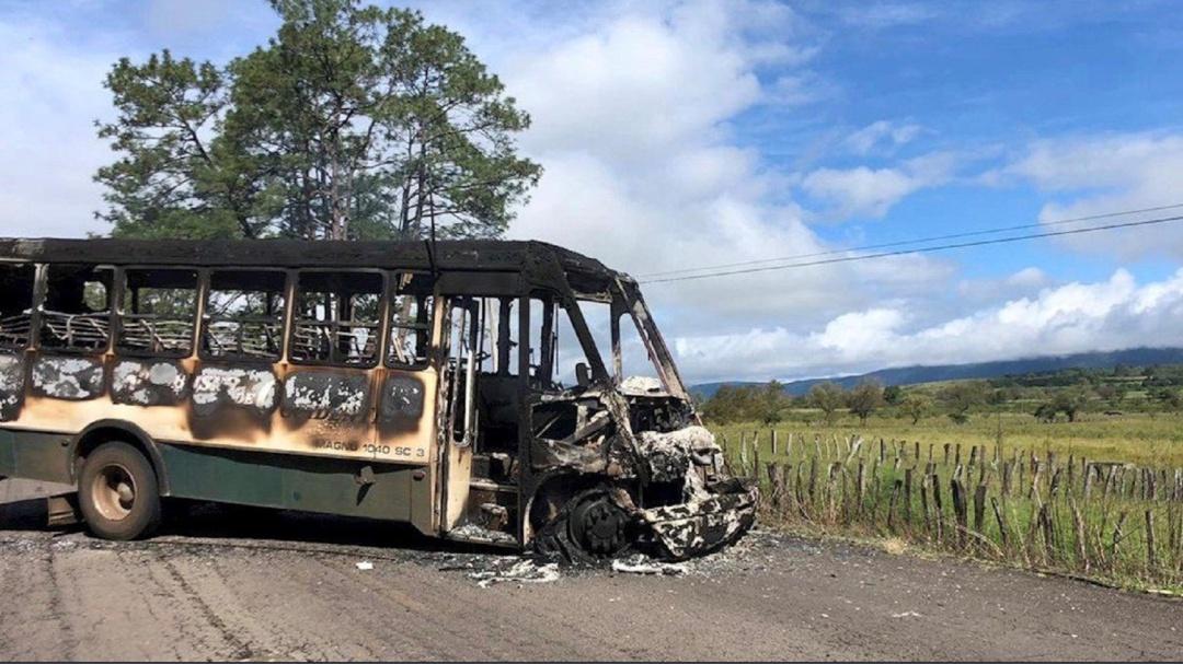 Hombres armados incendian autobús en Los Reyes, Michoacán; suspenden clases