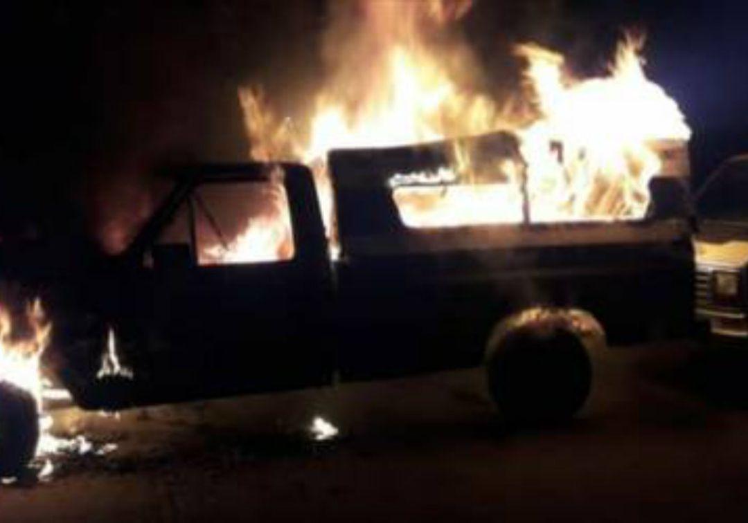 Incendia intencionalmente una camioneta en Jardines de San José