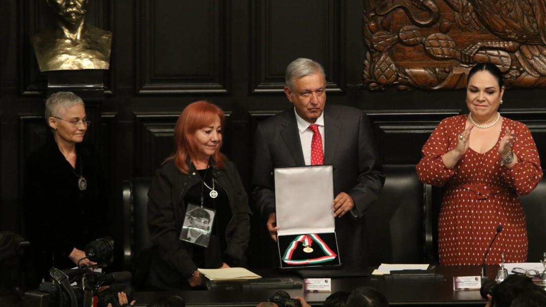 Ibarra deja medalla en custodia de AMLO hasta que esclarezca desapariciones