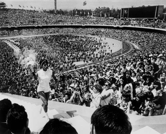 Enriqueta Basilio encendiendo la llama olímpica en México 68