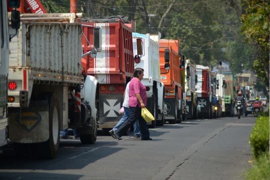 Los transportistas se manifiestan para pedir el cese del doble remolque, más seguridad, o la baja en los precios de combustibles entre otras peticiones