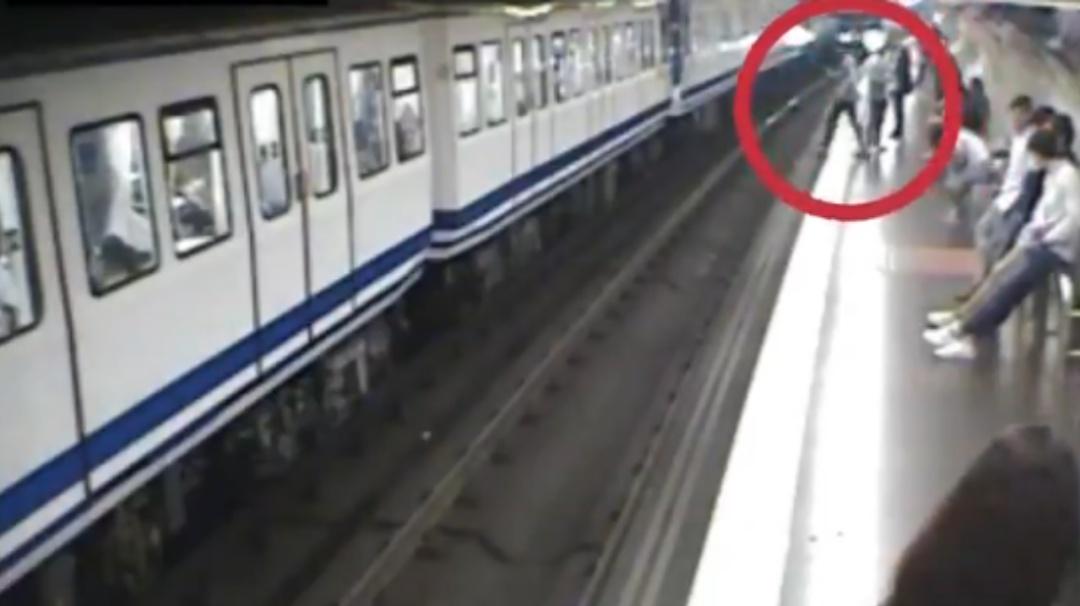 Mujer cae a las vías del Metro por ir viendo su celular