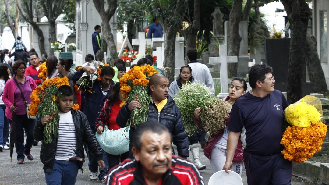 Más de 10 mil policías vigilarán panteones este Día de Muertos