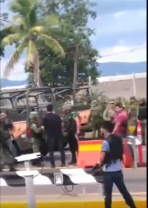 Aquel día se empezaron a hacer virales fotografías incomprensibles en las que se ve a un grupo de militares junto con civiles armados