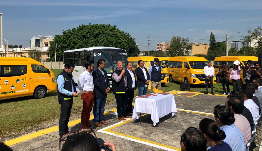 Entregan vehículos a 50 municipios para trasladar alumnos