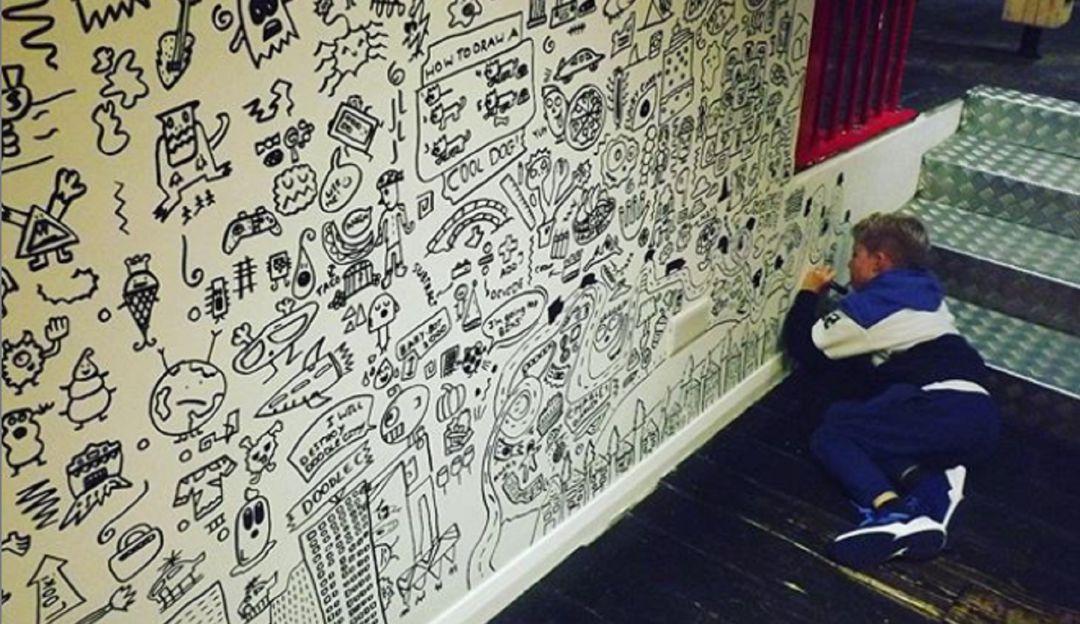 Niño era regañado por dibujar en clase; se vuelve ilustrador de restaurante