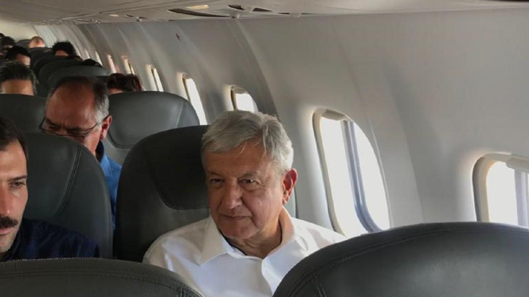 Piloto le pide a AMLO en alta voz que continúe el aeropuerto en Texcoco