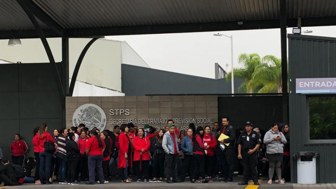 Se manifiestan trabajadores del DIF Zapopan ante la STYPS