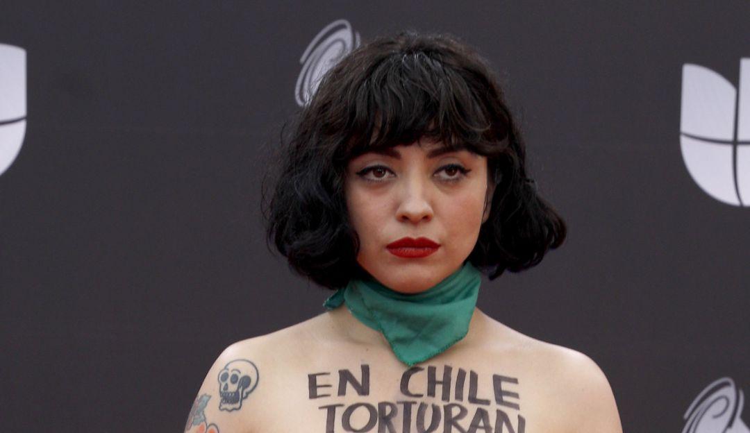 Mon Laferte llega a los Latin Grammy con pañuelo verde y protesta por Chile