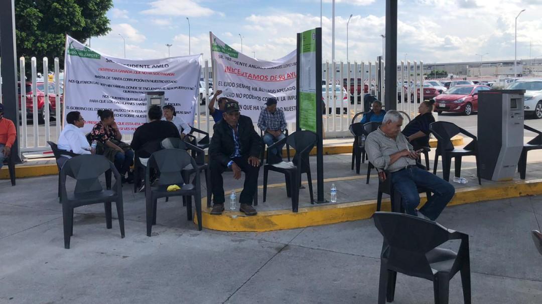 Ejidatarios de El Zapote toman el estacionamiento del Aeropuerto