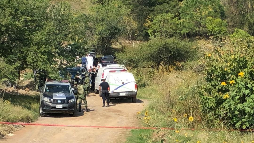 Peritos examinan nueva fosa con cadáveres en Tlajomulco
