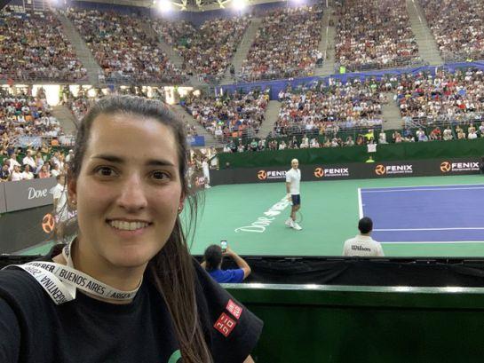 Roger Federer posa en pleno partido para que fanático lo pueda fotografiar
