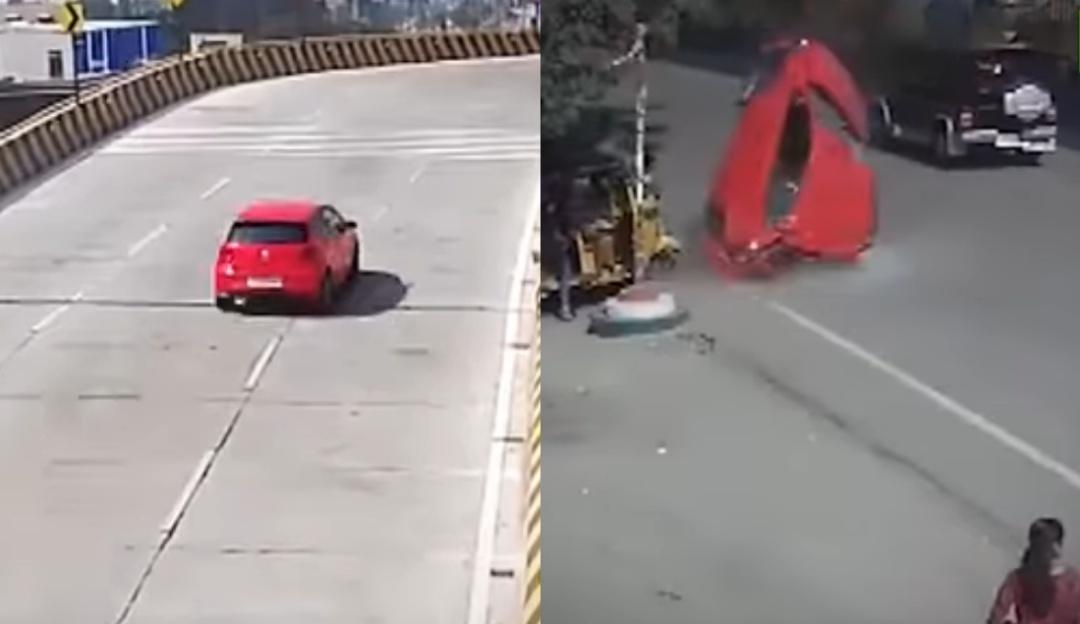 Carro pierde el control y cae de un puente sobre una calle transitada
