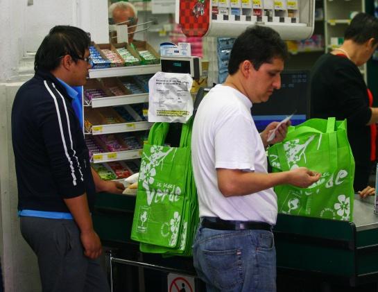 Los clientes también están recurriendo a las bolsas de tela para llevar sus compras