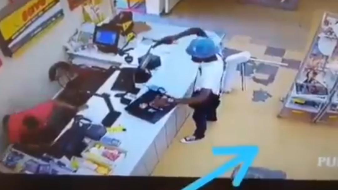 Cliente le roba a ladrón mientras este asaltaba un supermercado
