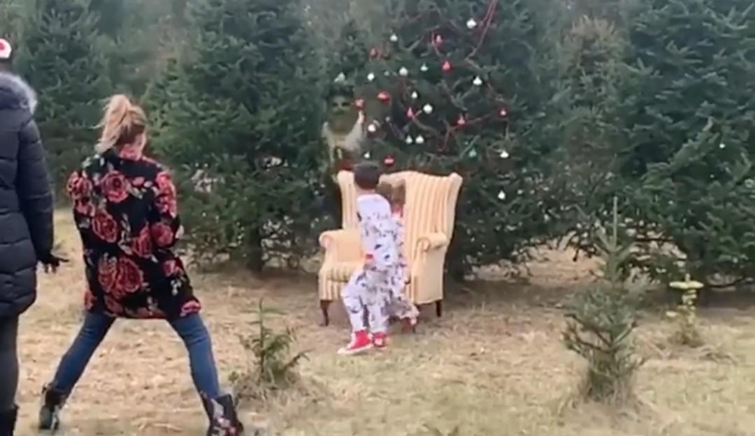 ¡Odio la Navidad! El Grinch hace de las suyas en foto familiar