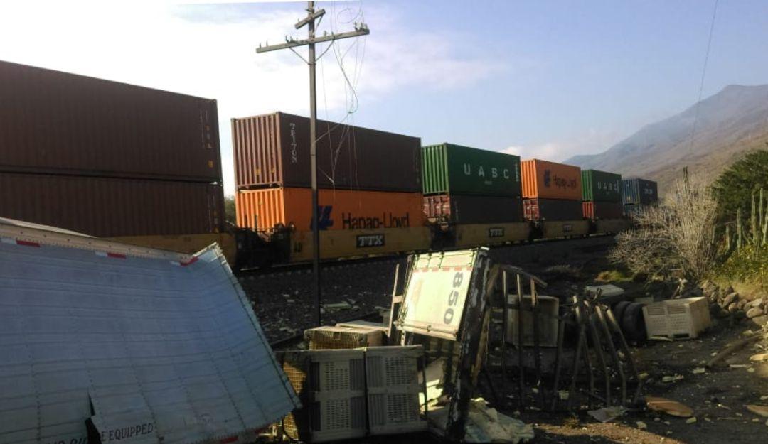 Tráiler y tren chocan en Techaluta