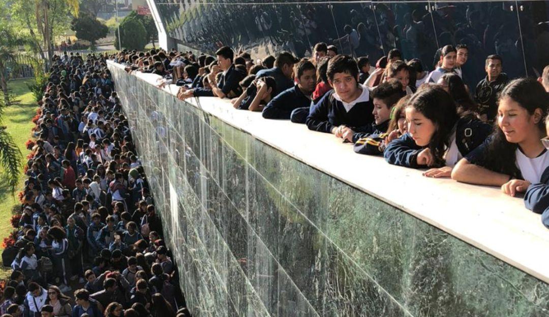 Jóvenes alumnos se 'apoderan' de la FIL