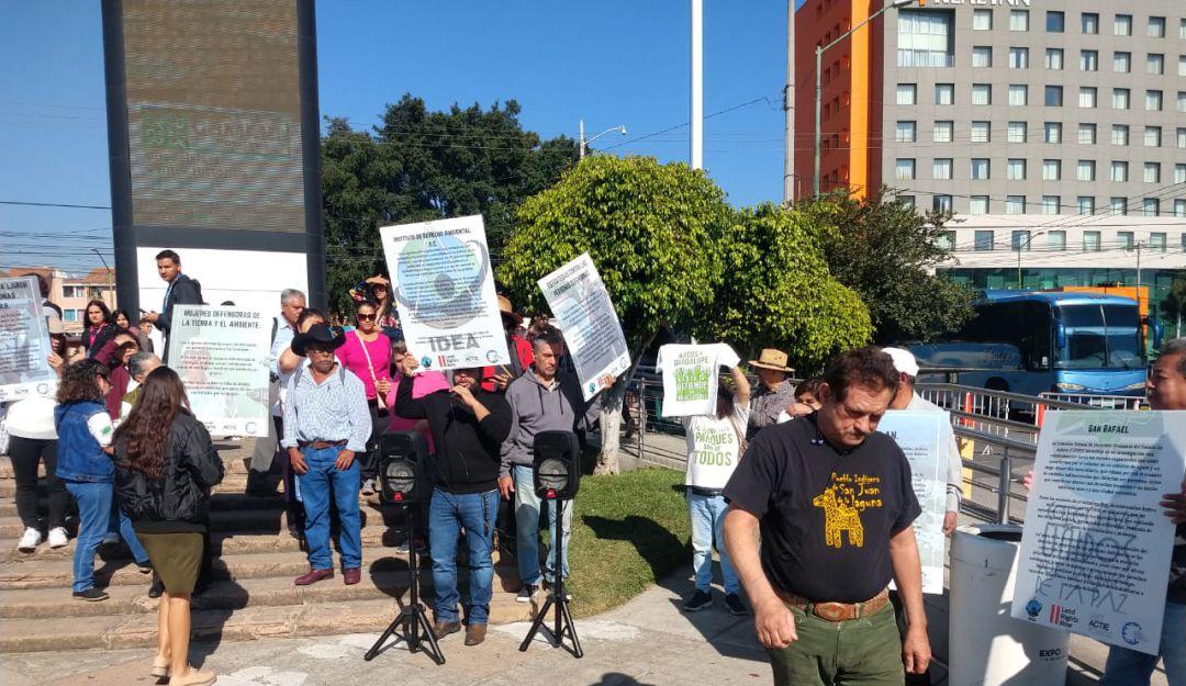 Ambientalistas se manifiestan en la FIL