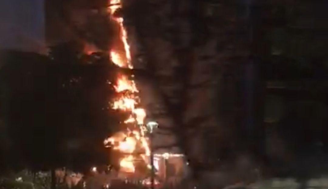 Se incendia el árbol de Navidad de Plaza Las Américas