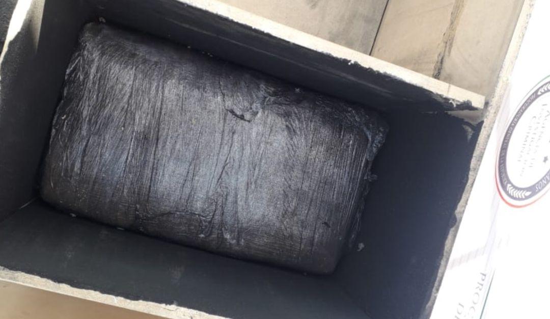 Decomisan 56 kg de droga en una paquetería