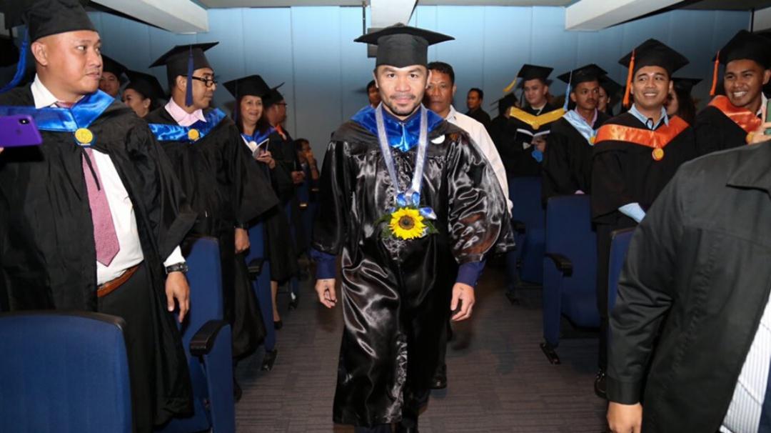 Nunca es tarde; Manny Pacquiao se gradúa a los 40 años de la Universidad