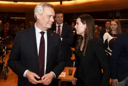 Sanna Marin y Antti Rinne, quien tuvo que dimitir tras perder el apoyo sus aliados de coalición por sus decisiones durante una huelga de correos