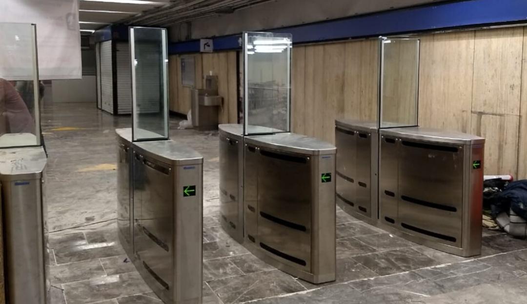 En Metro Zócalo, instalan nuevos torniquetes con sensores de movimiento