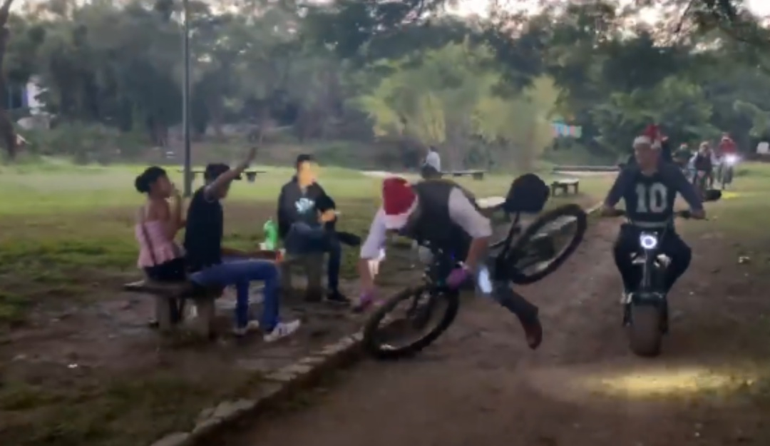 """""""¡Feliz Navidad!"""": Alcalde cae de su bici mientras deseaba felices fiestas"""