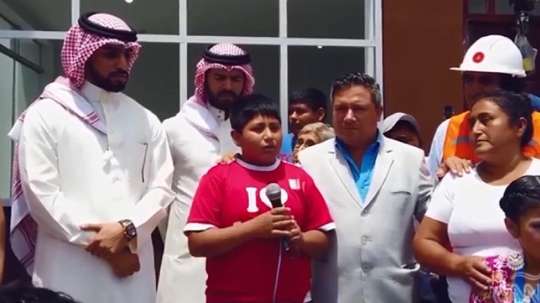 Empresario árabe cumple la promesa de regalarle una casa a niño peruano