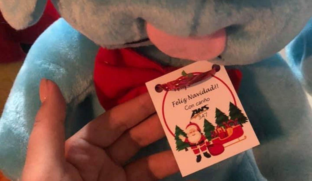 Como Santa; chofer da regalos en su viaje de Navidad