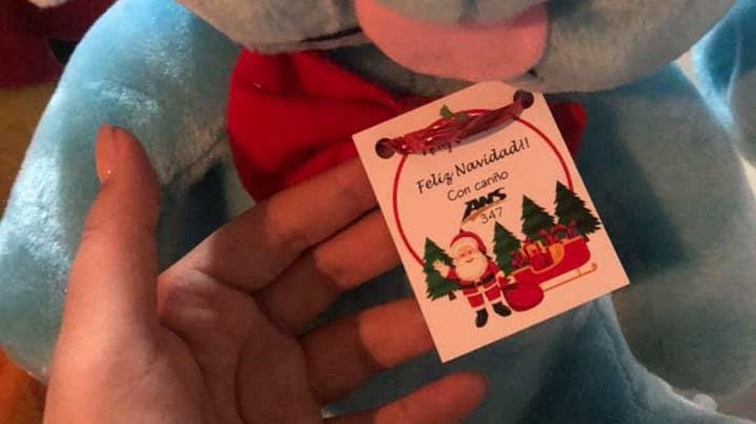 Chofer da regalos en su viaje de Navidad