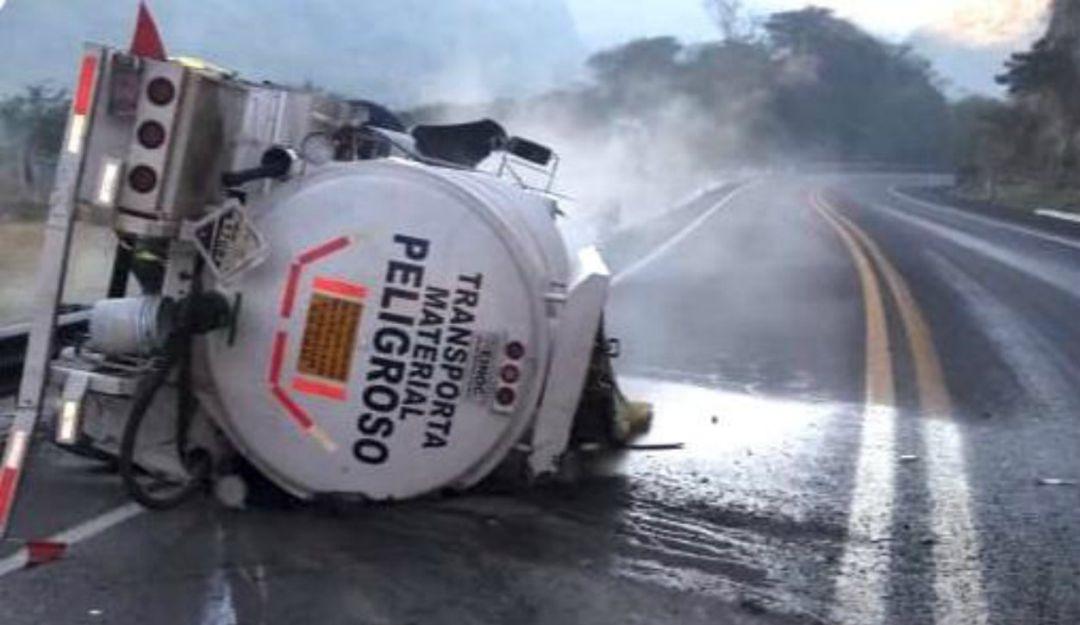 Por volcadura de pipa cierran Guadalajara – Colima