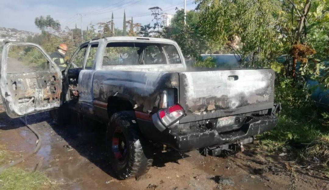 Prenden fuego a camioneta con cuerpo en su interior