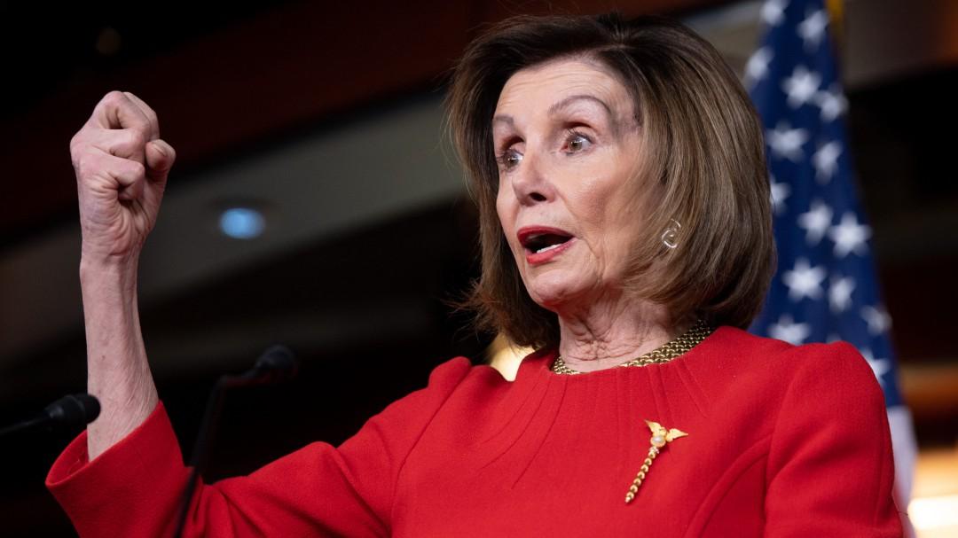 Nancy Pelosi presenta a fiscales para juicio contra Trump