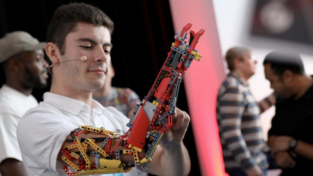 David Aguilar: ¿Cómo construyó su prótesis de brazo con piezas LEGO?