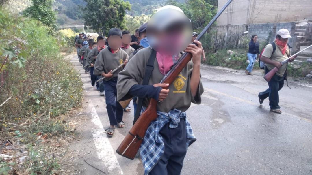 Policía comunitaria arma a niños en Guerrero