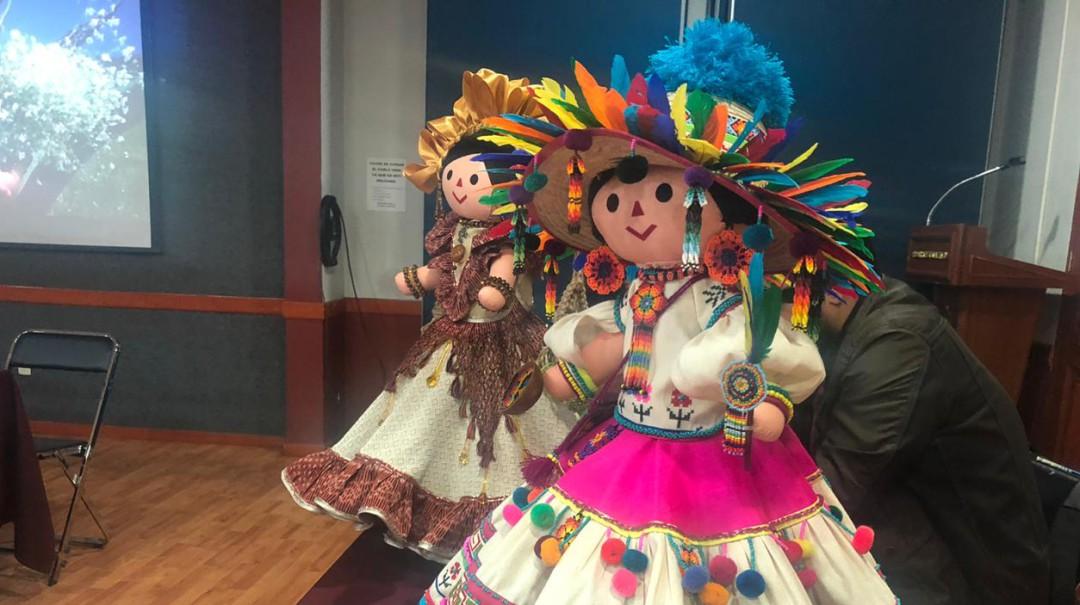Alistan exposición de muñecas con vestimentas típicas