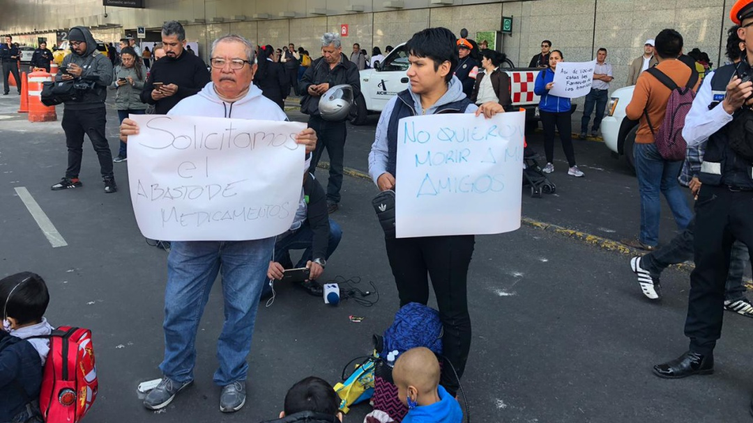 Continua protesta de padres de niños con cáncer en AICM