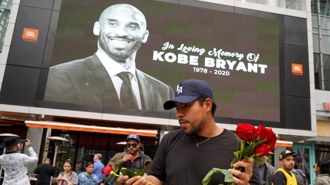 Aficionados hacen ofrenda a Kobe Bryant