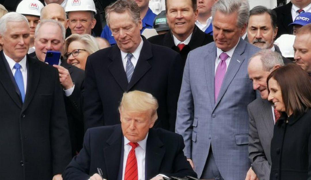 Trump firma T-MEC; resalta excelente amistad con AMLO