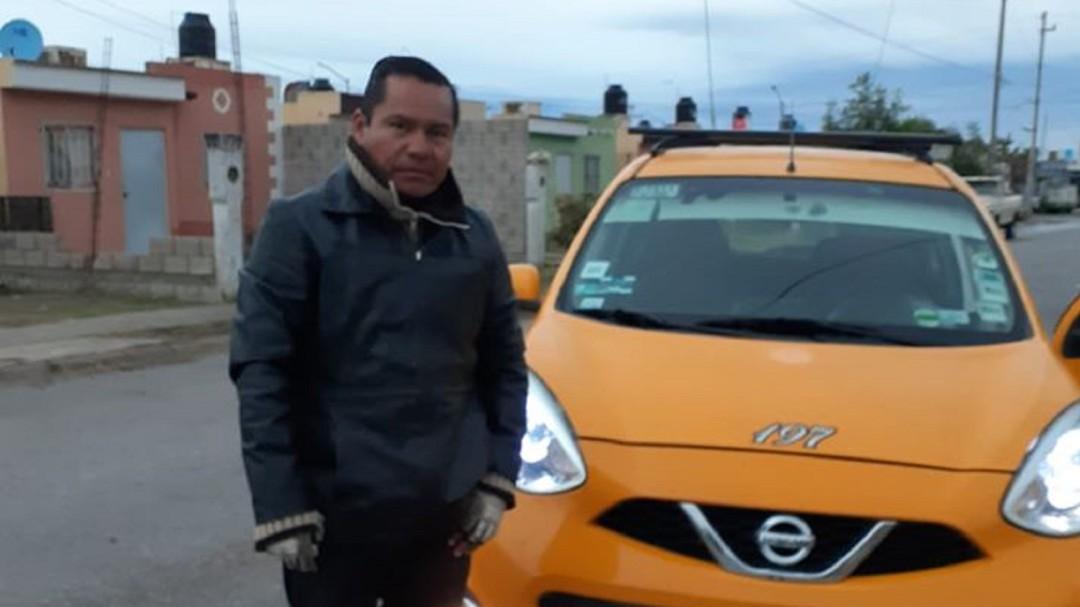 Taxista honrado; conductor de taxi devuelve cartera con 12 mil pesos