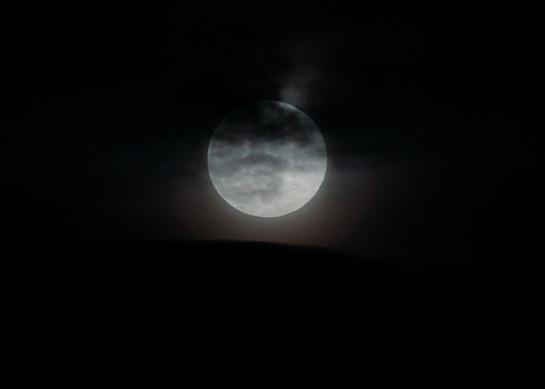 Las superlunas ocurren cuando la órbita elíptica de la Luna la lleva al punto más cercano a la Tierra mientras la luna está llena, según la NASA