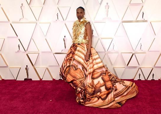 El vestido es de la diseñadora inglesa Giles Deacon