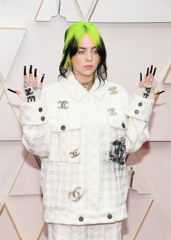 La intérprete eligió un maquillaje y peinado muy sencillo para lucir su atuendo con una serie de accesorios y uñas acrílicas muy a su estilo